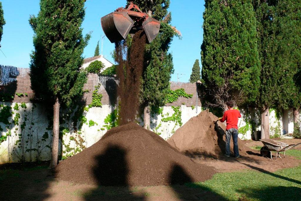 Arena de rio lavada con un pequeño porcentaje de mantillo para recebar nuestro cesped de grama catalana