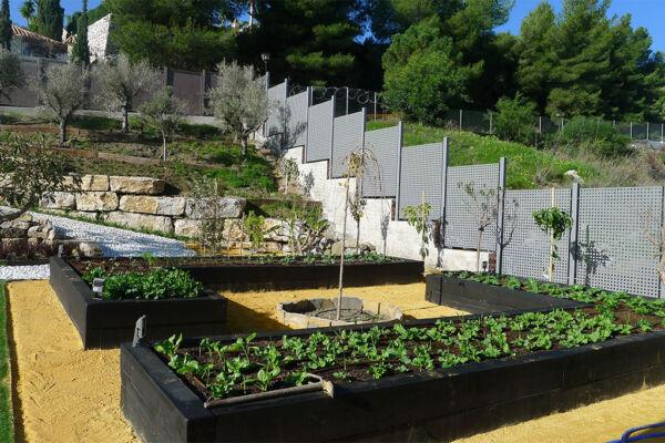 Un huerto ecologico en jardineras de vigas de madera puede resultar muy decorativo.