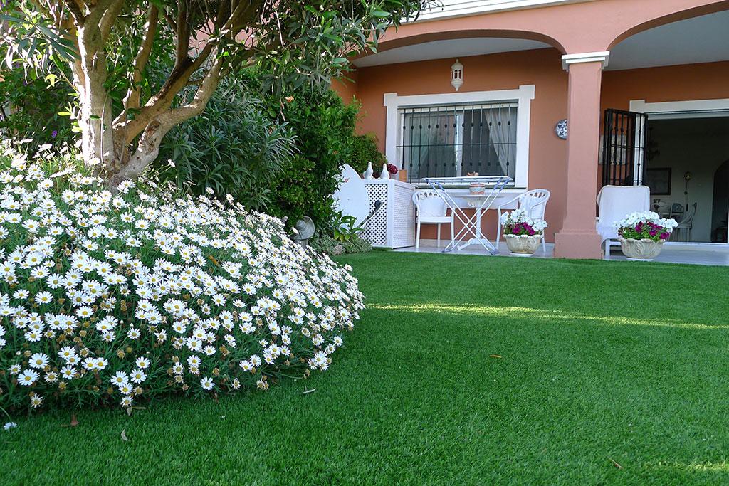 Cesped artificial en un peuqño jardín en la Costa del Sol. No olvidar de plantar flores que dan alegría al jardín.