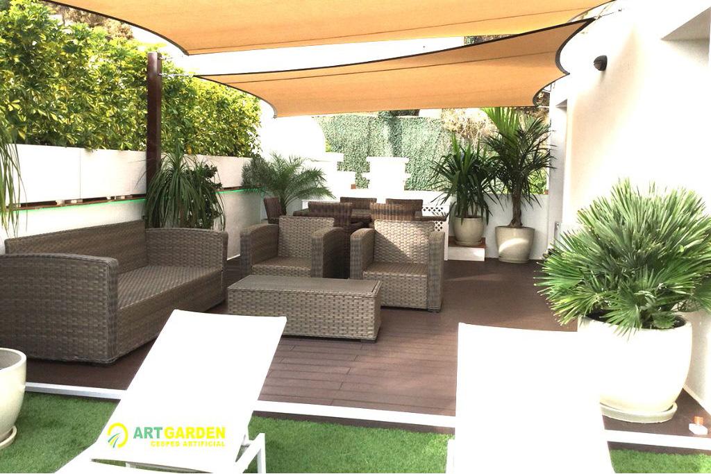Terraza con tarimas de madera técnica y cesped artificial