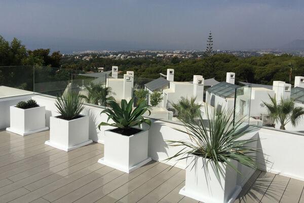 Macetas Vondom en terraza con plantas de facil mantenimiento