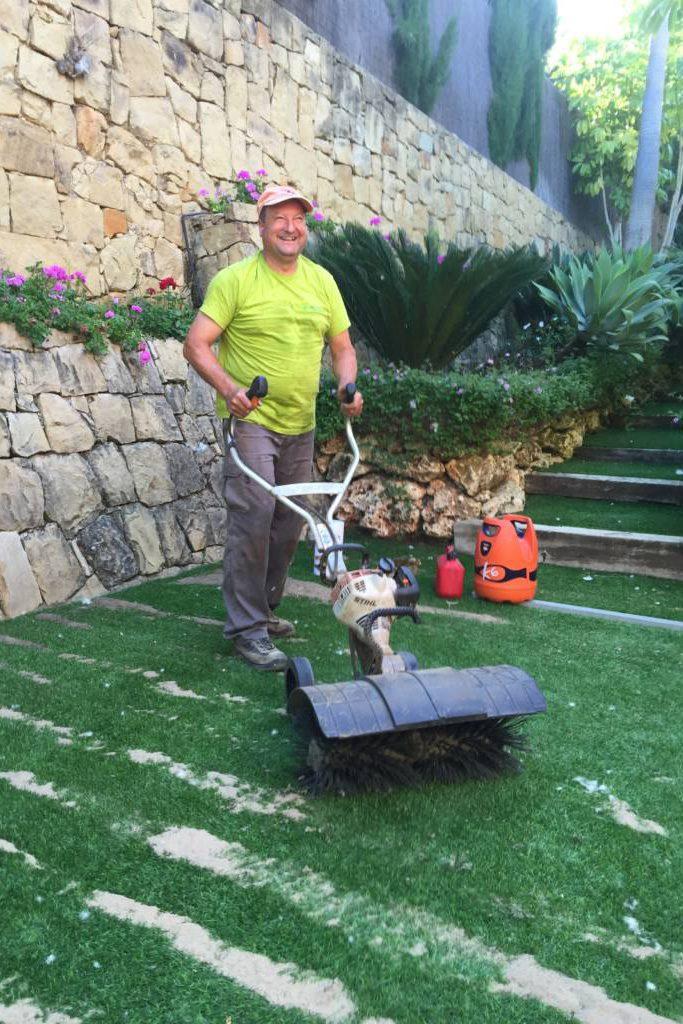 mantenimiento de cesped artificial con un recebo de arena utilizando una maquina cepilladora para enderezar y - Limpiar Cesped Artificial