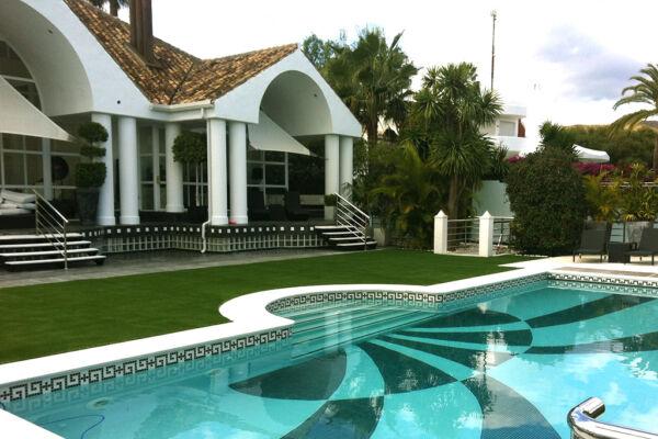 Casa moderna con cesped artificial Artgarden