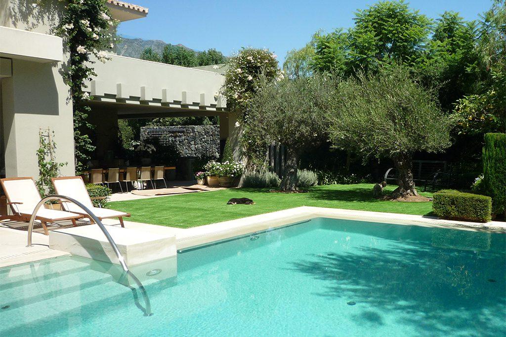 Kunstrasen Artgarden perfekt fuer die Schwimmingpoolumrandung