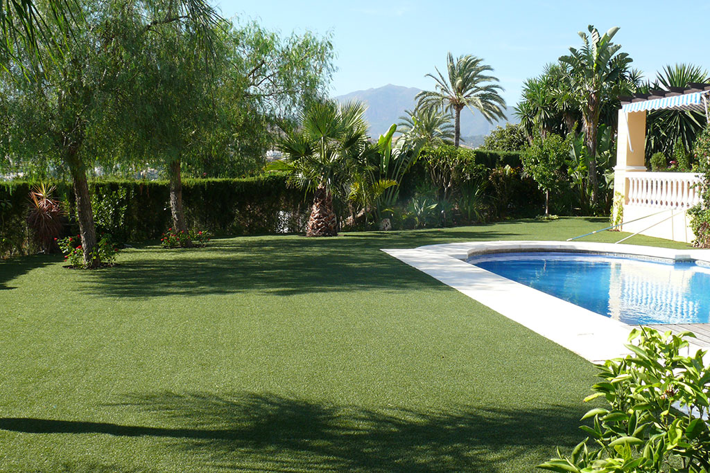Jardines grandes con césped artificial