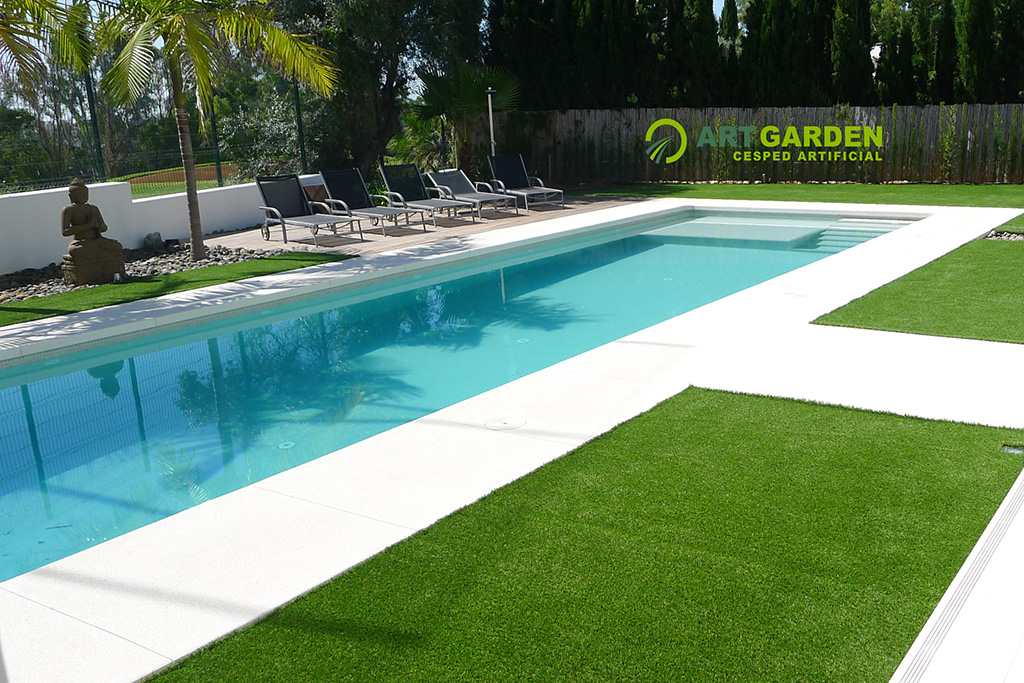 Jardines pequeos con cesped artificial cesped artificial for Casa minimalista con jardin