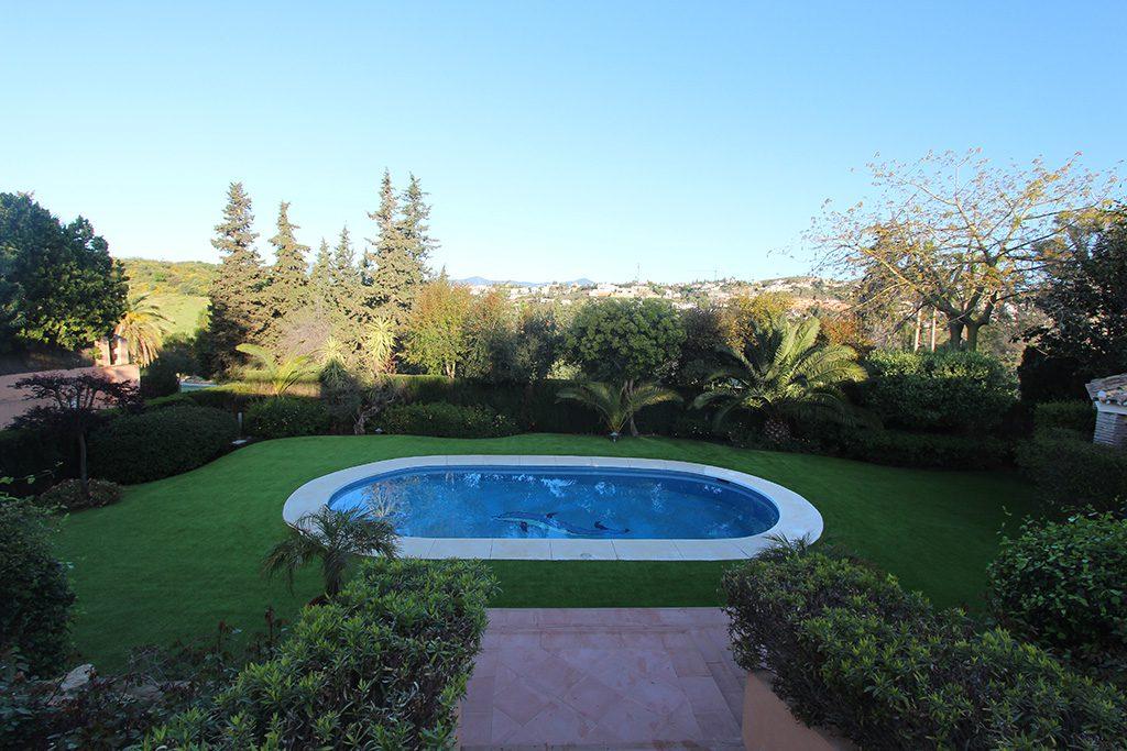 Con cesped artificial la piscina estará mucho más limpia