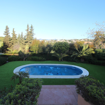 Jardin limpio con cesped artificial