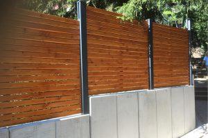 Valla de aluminio montada en muro de hormigón