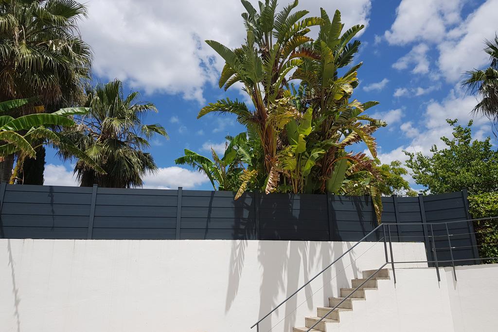 Una valla encima de un muro