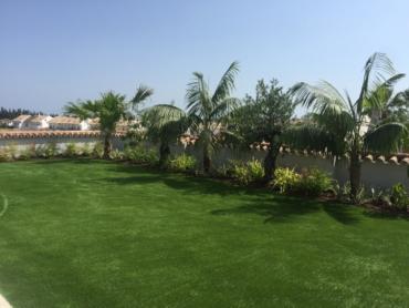 Césped artificial para un jardín pequeño.