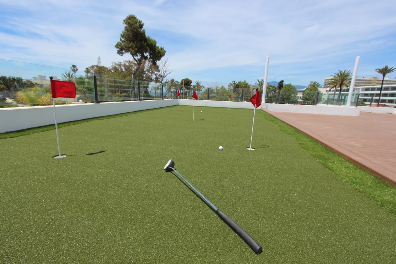Practica golf en tu propia terraza de césped artificial