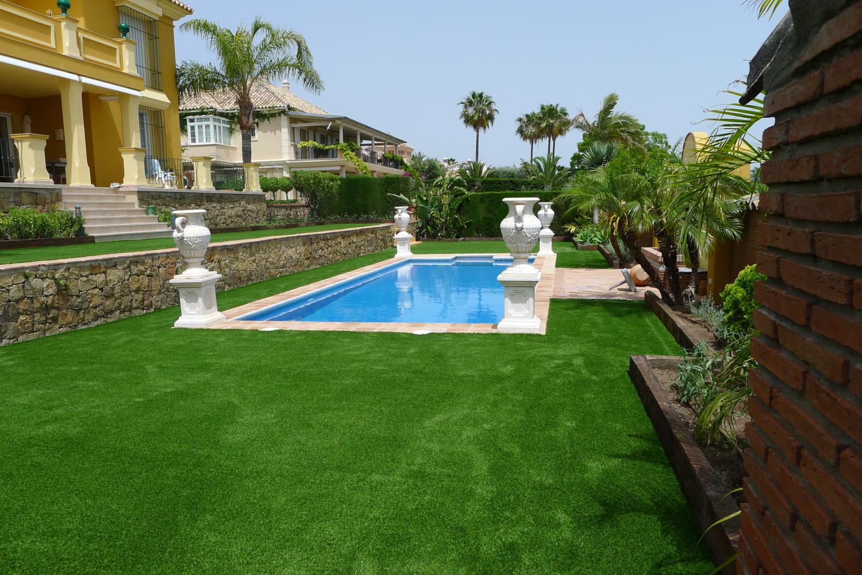 Un jardín de césped artificial de J.V. en Sierra Blanca