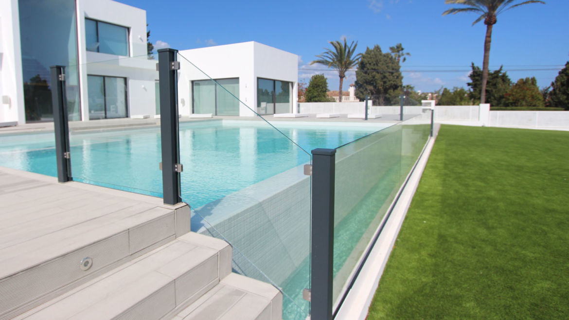 Safe pool with aluminium and glass systems VALU